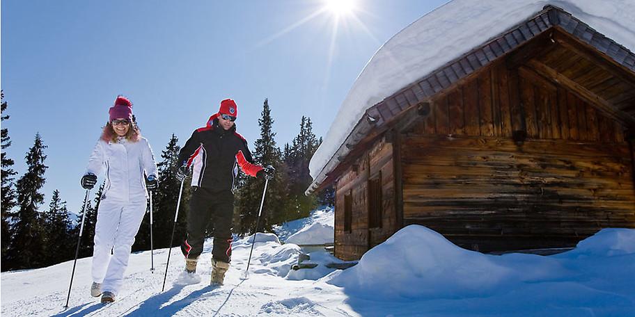 Neben Skipisten können Sie auch auch eine Wandertour im Schnee genießen