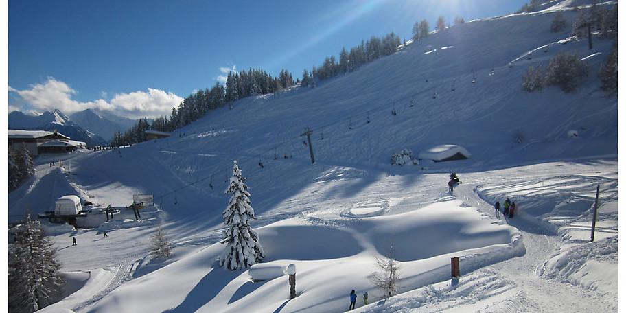 Eltern und Kinder freuen sich über abwechslungsreiche Wintererlebnisse