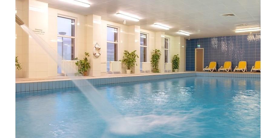 Der Innen-Pool mit Bademantelübergang vom Hotel