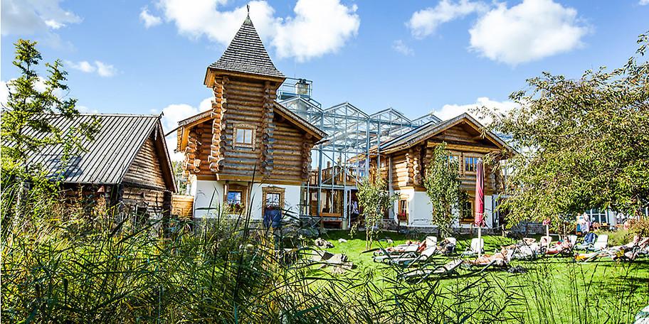 Wunderbare Saunaunalandschaft mit großem Saunagarten in der TURM ErlebnisCity