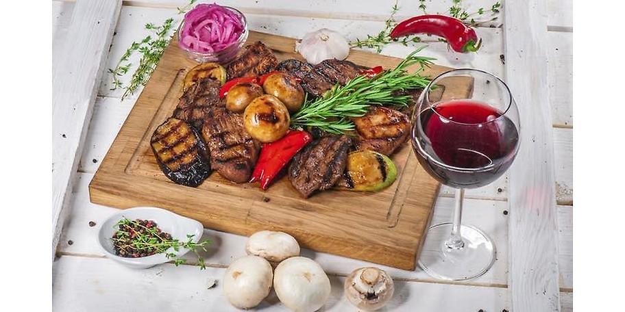Der Grillteller mit Fleisch von regionalen Anbietern