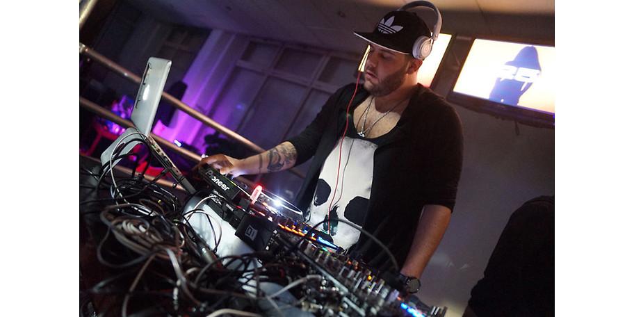 Unsere Resident-DJs spielen den besten Mix – auf der let's dance Party (ab 25)