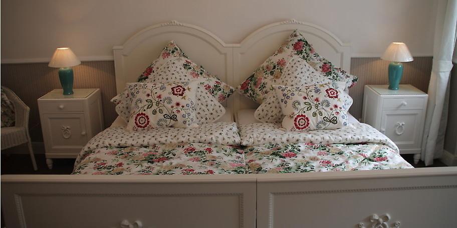 Vom einfachen Standardeinzelzimmer bis hin zur 45 m² großen Suite übernachten Sie in unseren Schönbrunner Stil Möbeln