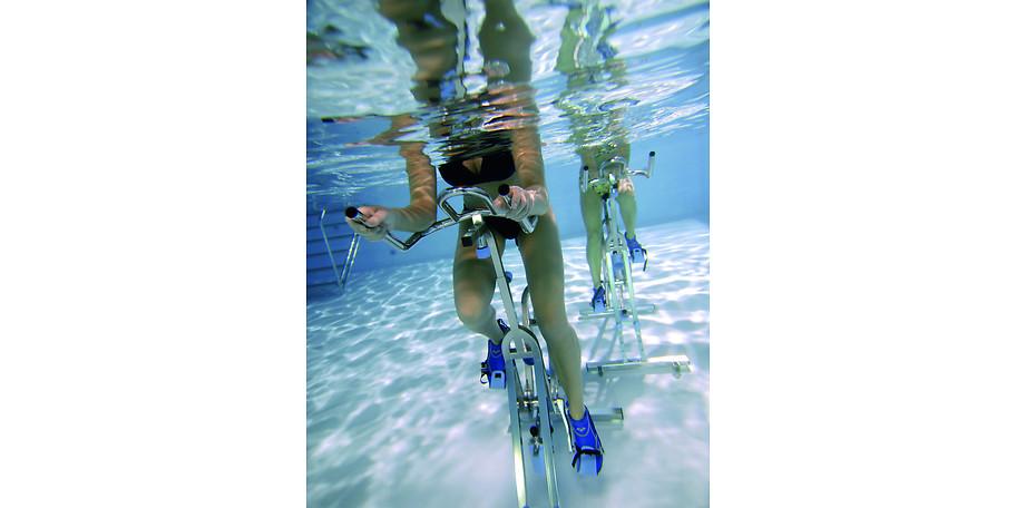 Beim Aquariding werden die Prinzipien des Radelns mit den Vorteilen des Wassers kombiniert