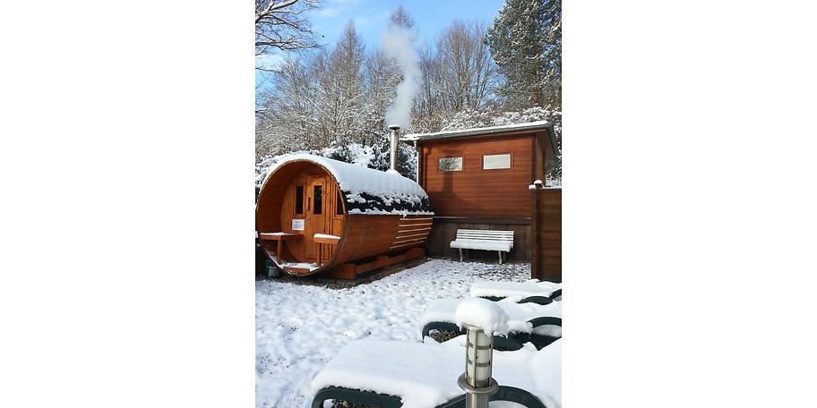 Die Holzfass-Sauna mit Kaminholzbefeuerung im AKZENT Vitalhotel König