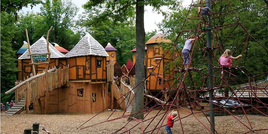 Am Spielplatz neben dem Eingang wartet die Koboldburg auf kleine und große Entdecker