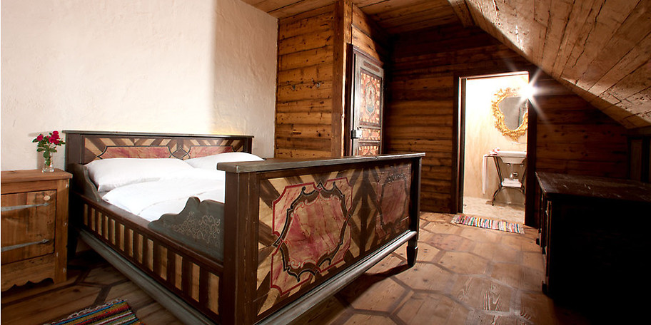 Authentisch ausgestattete Gasträume und Zimmer mit alten Vollholzbalken und Wänden