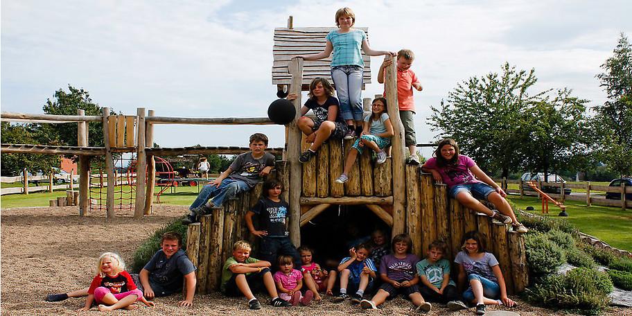 Ein einzigartiger Spielplatz, eine große Turnscheune, Kettcars und viele weitere Kinderfahrzeuge erwarten euch bei uns