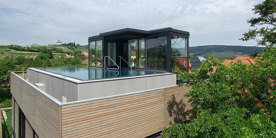 Genießen Sie die Aussicht vom Pool des Hotel Althof Retz****