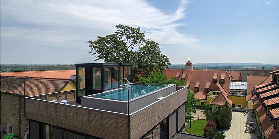Atemberaubender Infinity-Pool am Dach des Hotels
