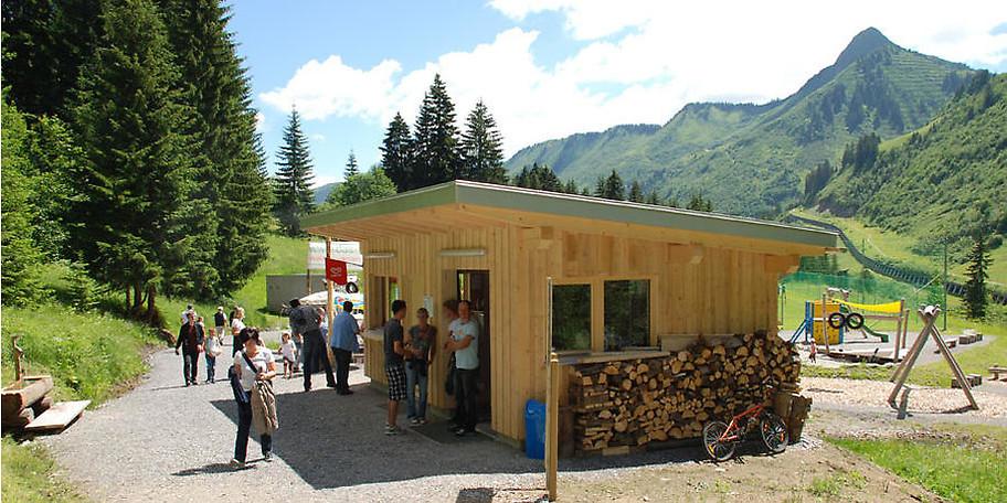 Der Waldseilgarten befindet sich unterhalb des Ortszentrums von Damüls beim Sport- und Spielplatz