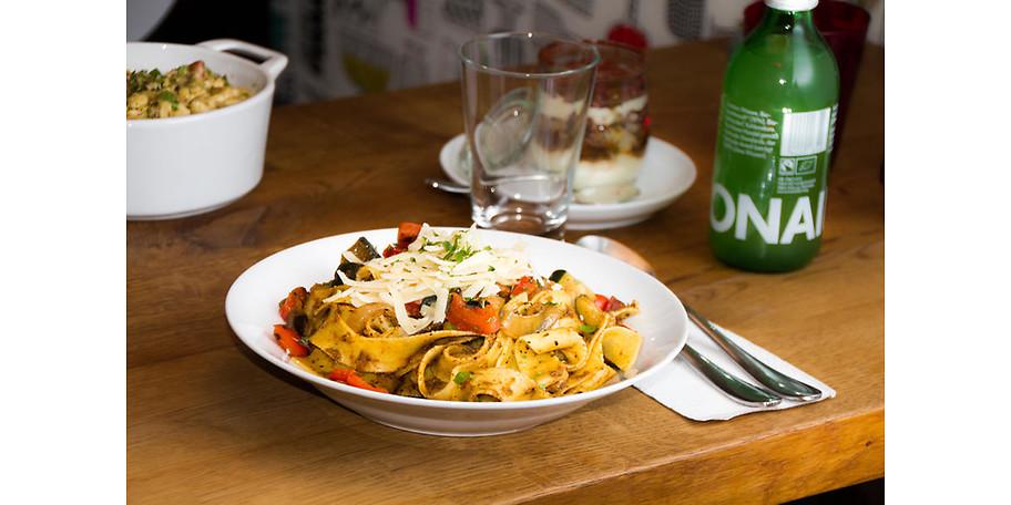 Je nach Jahreszeit und Saison produzieren wir selbstverständlich täglich frisch verschiedene Sorten hausgemachte Saucen und Pestos