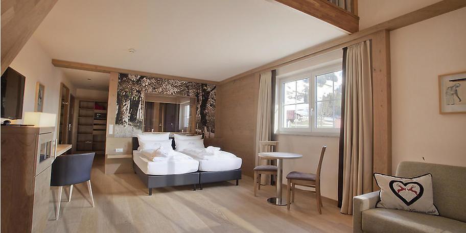 Mit sanften Erdtönen und erlesenem Interieur sind alle Zimmer und Suiten eingerichtet
