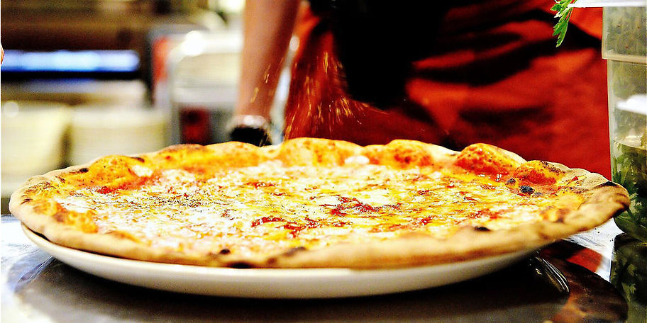 Knusprige Pizza wird frisch für Sie zubereitet