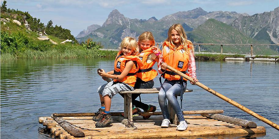 Auf dem Bärensee können sich Mutige im Floß fahren üben