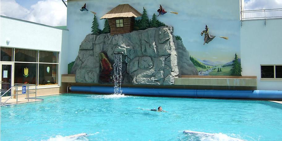 Das große Außenbecken mit Wasserfall