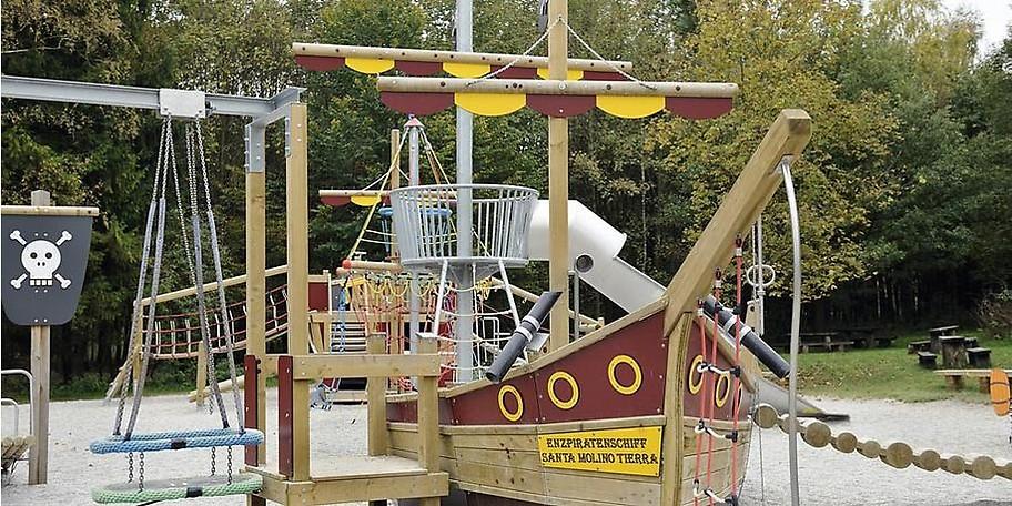 Kleine Gäste können sich auf den großen Abenteuerspielplatz im Wildpark freuen