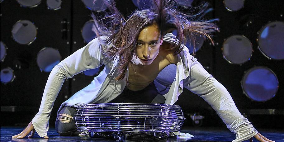 Die Art, wie Dennis MacDao über die Bühne schwebt, fliegt und tanzt passt in keine gängige Genre-Schublade