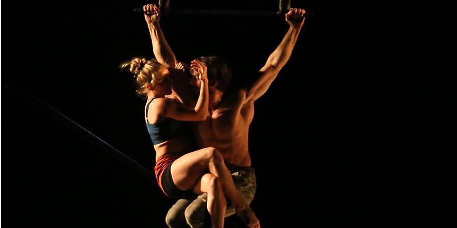 Celeste & François zeigen eine ästhetische Symbiose aus modernem Tanz und Luftakrobatik