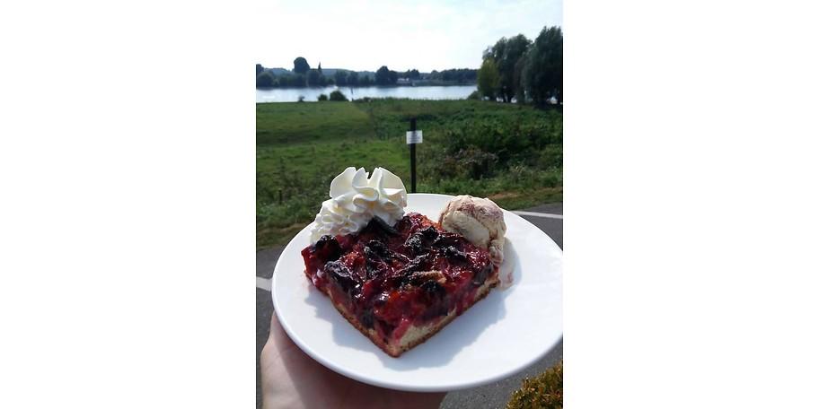 Selbstgebackener Pflaumenkuchen mit Zimteis und Sahne im Restaurant Fährhaus