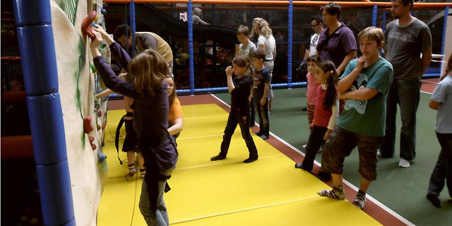 Das Ramba Zamba in Schaumburg bietet Kleinkinderbereich, Riesen-Wellenrutsche, Happy Kids Mal- und Lerncomputer, Kletterwand, Abenteuerpark mit Fun-Shooter Arena