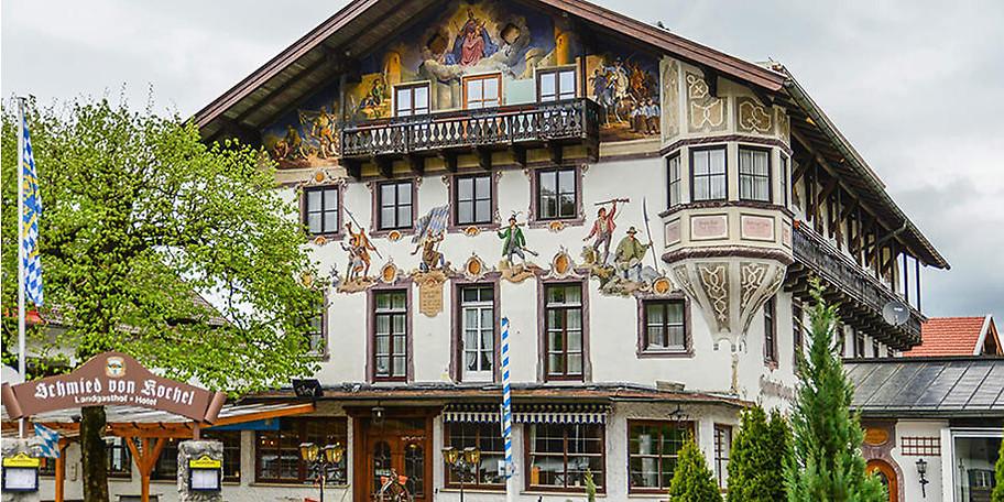 Die traditionelle Fassade des Hotels Schmied von Kochel