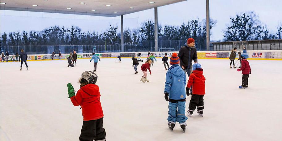 Am Eislaufplatz in Hard treffen sich Jung und Alt