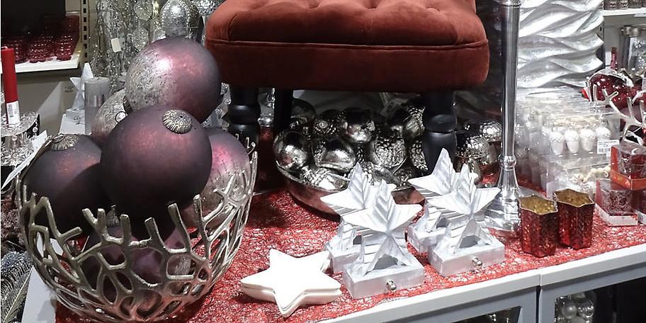 Eine große Auswahl an verschiedenen weihnachtlichen Dekoartikeln und Geschenkideen