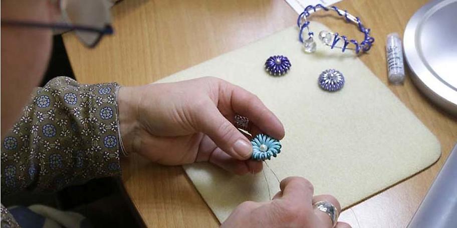 Von Holz- und Metallarbeiten über Seiden- und Glasmalen findet jeder etwas für seinen Geschmack