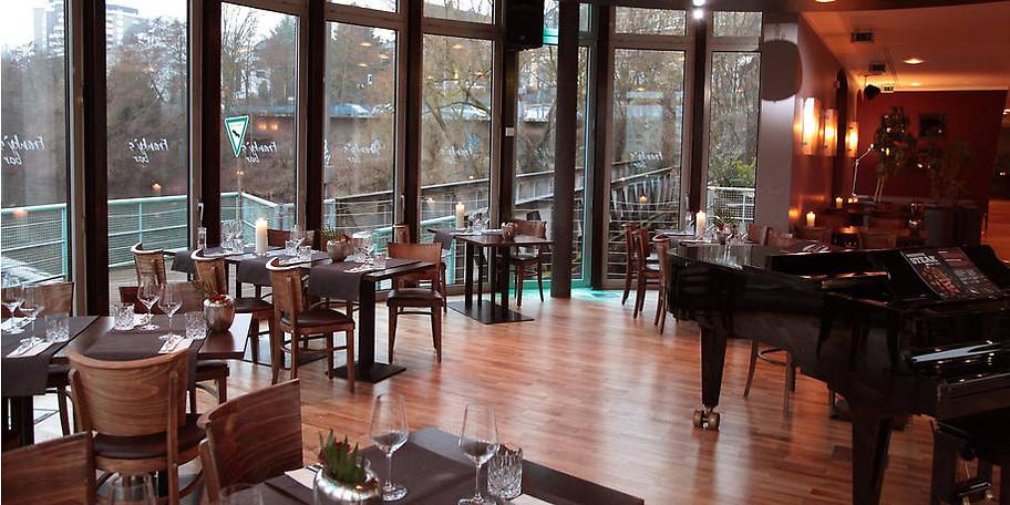 Als Veranstaltungsort bietet sich Franky's Bar mit ihren großen Fensterflächen an