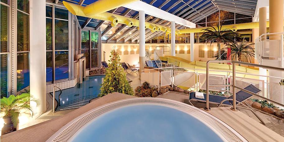 Erfreuen Sie sich an unserem großen Innenpool mit Kinderrutsche, einem Außenbecken sowie einem Schwallbrause Becken und einem Whirlpool